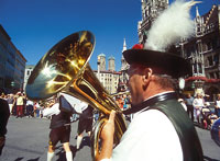 Musician at Munichs Marienplatz; photo by Heinz Gebhardt TAM MUC